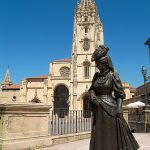 Oviedo, estatua de La Regenta en la Plaza de la Catedral.